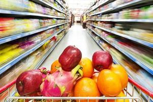 interior do supermercado foto