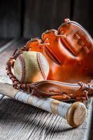 bola de beisebol velha e luva dourada foto
