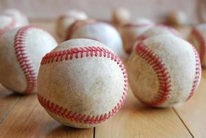 bolas de beisebol no chão foto