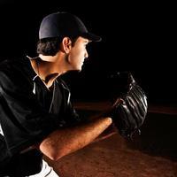 arremessador de beisebol em ação, vista lateral foto