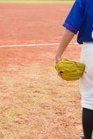 menino de pé em um campo de beisebol