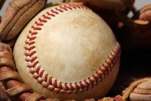 beisebol em uma luva