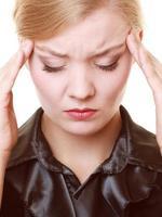 dor de cabeça. mulher que sofre de dor de cabeça isolada. foto