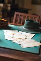 páginas antigas de livros sobre a mesa empoeirada. foto