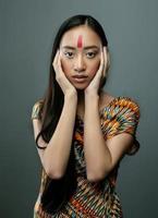 beleza jovem asiática com maquiagem como pocahontas foto