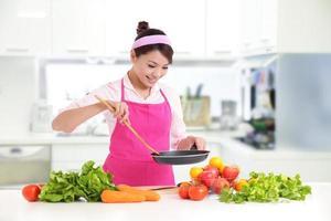 mulher sorridente feliz na cozinha foto
