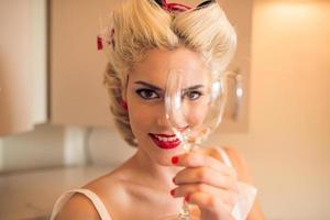 mulher com um copo de vinho foto