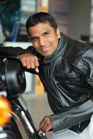 motociclista alegre foto