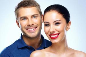 jovem casal alegre foto