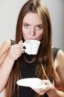 mulher alegre, bebendo café foto