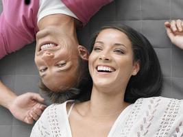 alegre casal jovem deitado