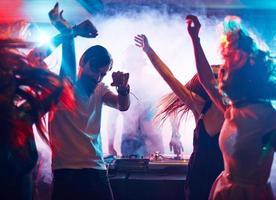 amigos dançando foto