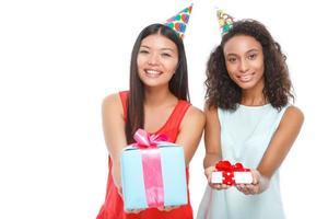 meninas alegres segurando presentes de aniversário foto