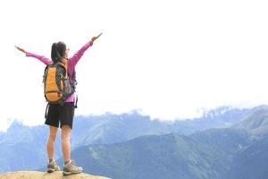 torcendo caminhadas pico de montanha de mulher foto