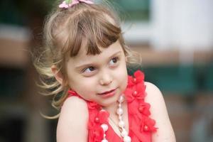 retrato de uma menina alegre foto