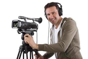 operador de câmera de vídeo alegre com tripé foto
