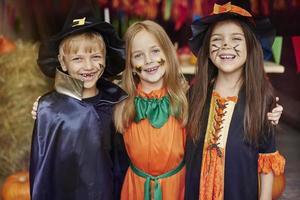 crianças alegres com pintura no rosto de halloween