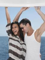 casal jovem alegre dançando no iate foto