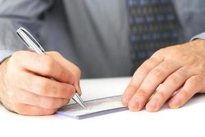 escrevendo um cheque foto
