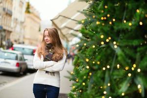menina alegre em uma rua parisiense