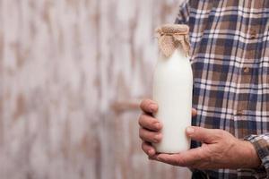 alegre trabalhador masculino sênior com produtos lácteos foto
