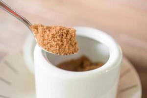 açúcar mascavo em uma colher