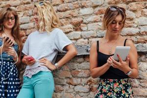 garota feliz usa seu novo grande telefone inteligente foto