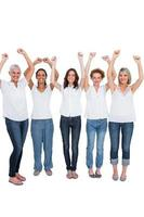 alegres modelos casuais posando com as mãos para cima foto