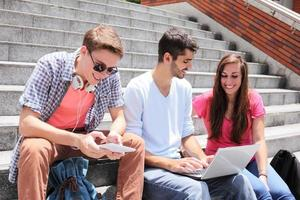 estudantes felizes usando tablet digital foto