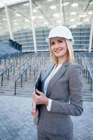 alegre jovem arquiteto feminino está planejando um novo edifício foto