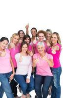 voluntárias mulheres alegres vestindo rosa para câncer de mama