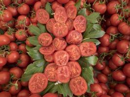 muitos tomates vermelhos maduros foto