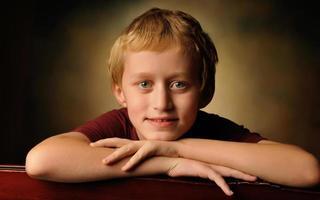 retrato de um menino alegre de 10 anos foto
