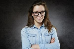 jovem alegre em jeans camisa e óculos