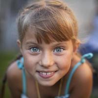 retrato de close-up de uma alegre menina bonitinha. foto