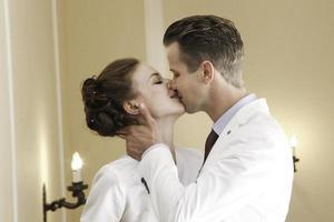 casal de noivos beijando