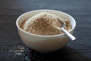 tigela com açúcar mascavo