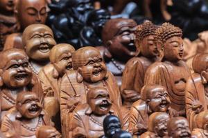estátuas de madeira de buda foto