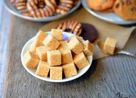 doces. cubos de açúcar de cana foto