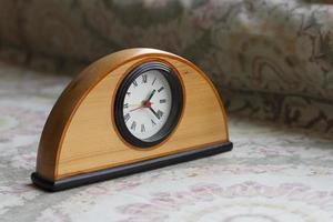 relógio na mesa com fundo