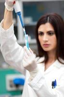 pesquisador que trabalha em um laboratório