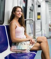 passageiro da menina dentro de trem foto