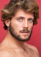 homem bonito, com barba e olhos azuis foto