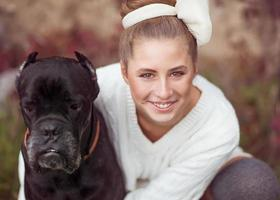 menina ashion com um cachorro no parque outono foto