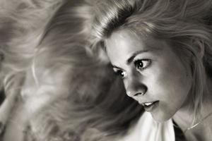 mulher jovem e bonita nas cores preto e brancas