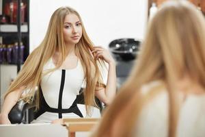 cabelo loiro. mulher no salão de cabeleireiro foto