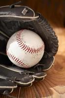 close-up de uma bola de beisebol e luva foto