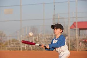 determinado pequeno lançador de beisebol foto