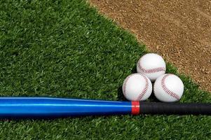 novas bolas de softbol e taco foto