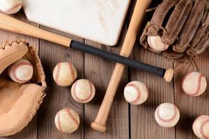 equipamento de beisebol na superfície de madeira rústica